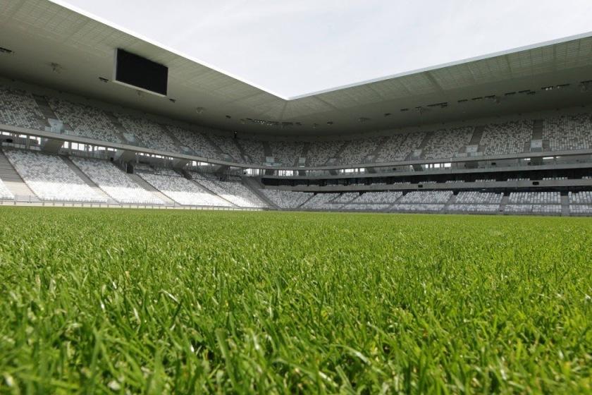la-pelouse-hors-sol-du-nouveau-stade-du-lac-prete-a_2731799_1200x800