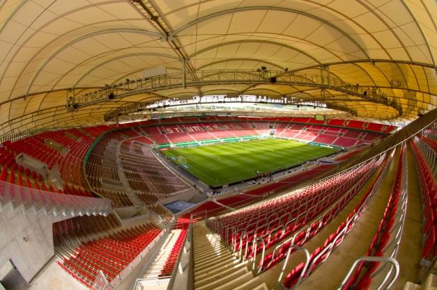 Het Mercedes-Benz Arena is een voetbal- en atletiekstadion, gelegen in Stuttgart, Duitsland.Het stadion werd in 1933 gebouwd naar een idee van Paul Bonatz en kreeg na de Tweede Wereldoorlog de naam Neckarstadion. In 1993 kreeg het de naam Gottlieb-Daimler-Stadion. Op 20 maart 2008 maakte de Stuttgarter Zeitung bekend dat de naam van het stadion zal worden gewijzigd in de Mercedes-Benz Arena. [1]In het stadion is plaats voor 58.000 toeschouwers. De voetbalclub die het stadion als haar thuishaven heeft is VfB Stuttgart.De allereerste naoorlogse wedstrijd van Duitsland werd in het Gottlieb-Daimler-Stadion gespeeld tegen Zwitserland en tijdens het wereldkampioenschap voetbal 1974 en het EK 1988 was het stadion diverse malen het toneel voor een aantal te spelen wedstrijden. Het stadion was een van de twaalf stadions tijdens het wereldkampioenschap voetbal 2006. Er werden vier groepswedstrijden, een wedstrijd in de tweede ronde, een kwartfinale en de kleine finale gespeeld.Twee keer werd de finale van het Europacup I-toernooi gespeeld in Stuttgart. In 1959 won Real Madrid met 2-0 van Stade de Reims en in 1988 werd PSV Europacup I-winnaar door Benfica te verslaan.Behalve voetbalwedstrijden vinden er in het stadion ook grote atletiekevenementen plaats. In 1986 werd er het Europees kampioenschap gehouden, terwijl in 1993 de mondiale top naar Stuttgart kwam voor de WK atletiek. In de periode 2006-2008 organiseerde het GD-Stadion het finaleweekend van het internationale atletiekseizoen.