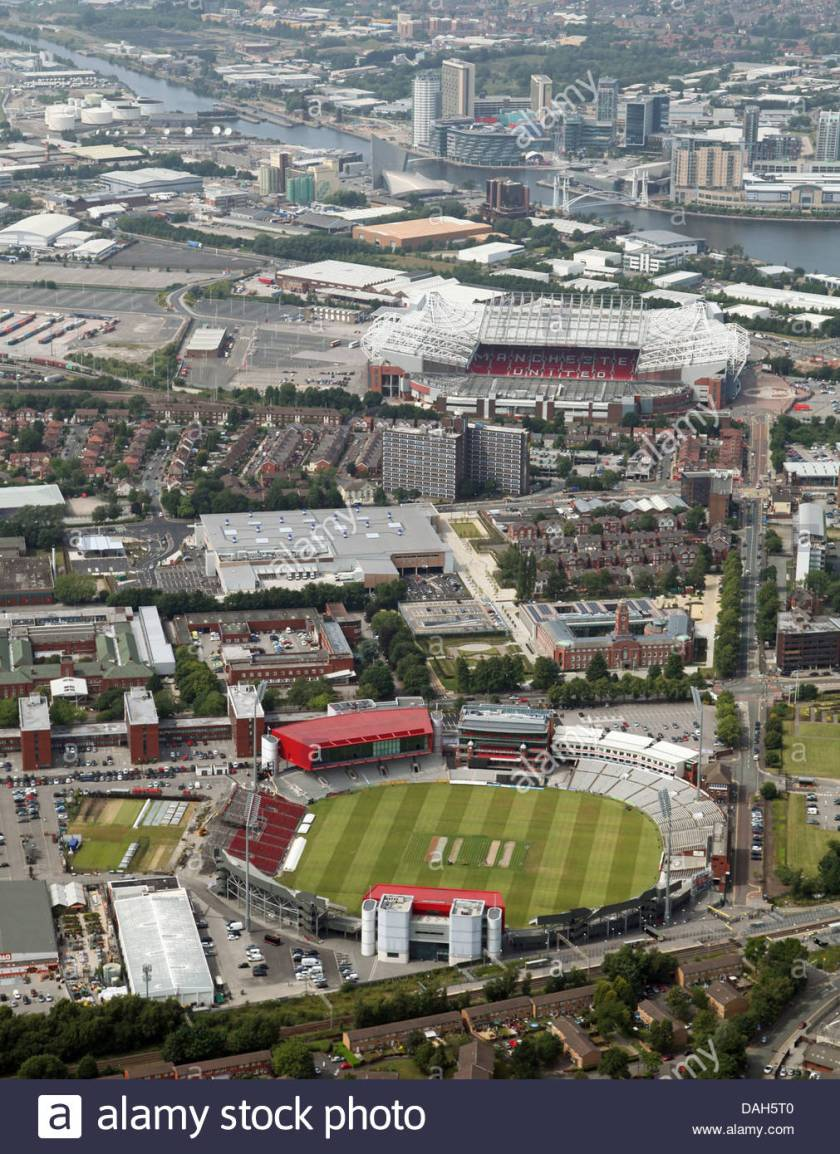 vista-aerea-de-old-trafford-cricket-ground-hogar-de-lancashire-ccc-y-el-estadio-de-futbol-de-old-trafford-casa-del-manchester-united-dah5t0